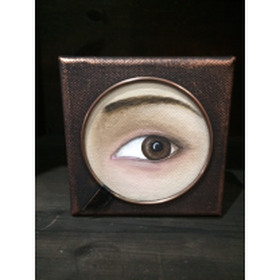 Toile peinte: Oeil brun au regard de côté, cerclé de cuivre