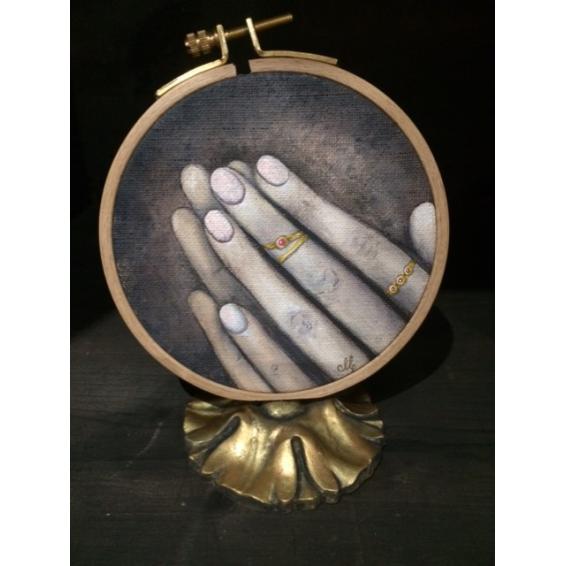 Mains et bagues sur tambour à broder