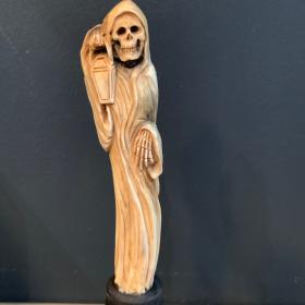 Sculpture sur bois de cerf patiné: Squelette à la lanterne (Modèle B)