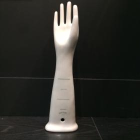 Main de femme en porcelaine émaillée