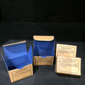Petite boîte de pharmacie bicolore