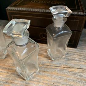 Ancien flacon de verre - Parfumerie - L