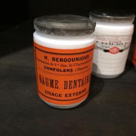 Pot en opaline avec étiquette ancienne