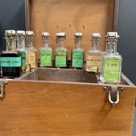 Pharmacie portative ancienne en bois - Coffret de médecine