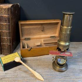 Ancien microscope à colonne en laiton dans son coffret de bois