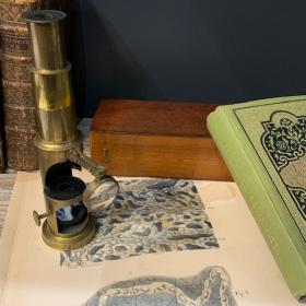 Microscope en laiton à tambour et loupe articulée dans son coffret