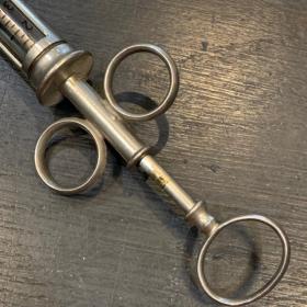 Ear syringe for dental use