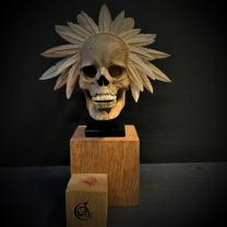 Memento Mori with headdress on stand - Articulated skull in wood