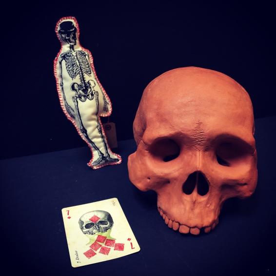 """Crâne en terre cuite rouge: """"Golgotha"""""""