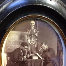 Cadre photo Napoléon III avec photo XIXème d'un squelette