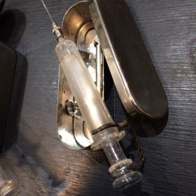 Seringue en verre dans son étui de métal