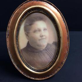 Cadre hanté Tante Bertha (ovale doré)