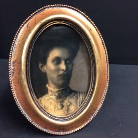 Haunted frame: Aunt Eléanor (golden oval)