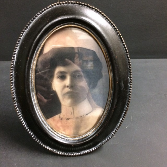 Haunted frame: Aunt Eléanor (black oval)