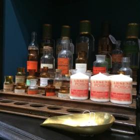 Petit flacon pharmacie ancien avec étiquette