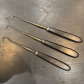 Instrument de chirurgie ancien: Tenaculum- manche ébène épais