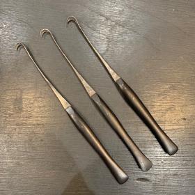 Instrument de chirurgie ancien: Tenaculum double - manche ébène fin