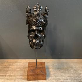 Crâne sculpté en corne de buffle - couronné - Memento Mori